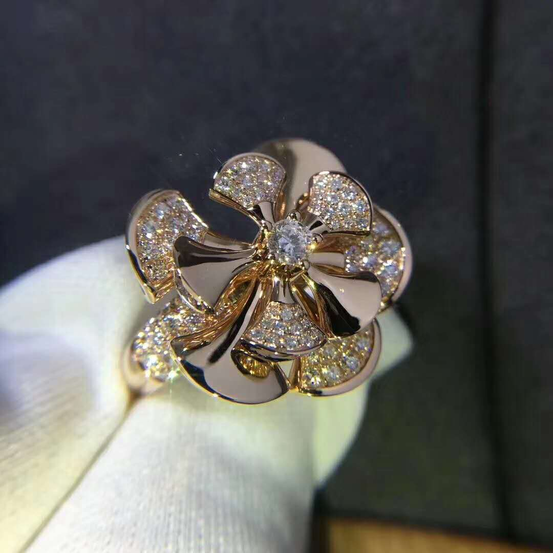 Divas' Dream Ring in 18 kt Rose Gold set with a Central Diamond and Pave Diamonds